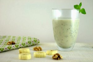 Frühstücksdrink mit Banane, Kokos und Avocado