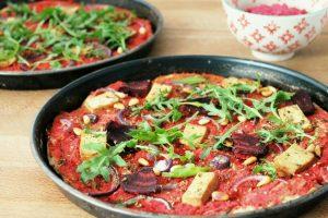 Pizza mit Rote-Bete-Hummus